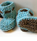 Dancing poppies Baby Booties, crochet pattern by Sylvie Damey, http://chezplum.com